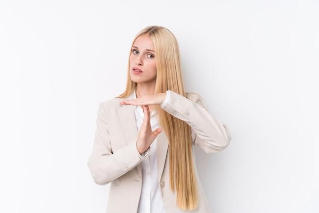 Femme blonde jeune entreprise sur blanc montrant un geste de temporisation.
