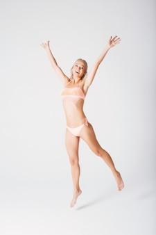 Femme blonde joyeuse en maillot de bain