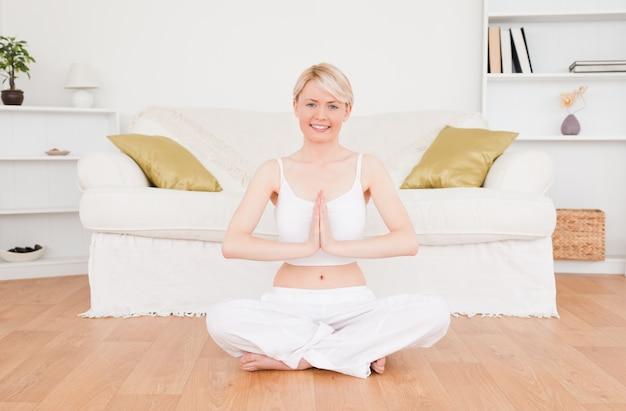 Femme blonde mignonne, pratiquer le yoga