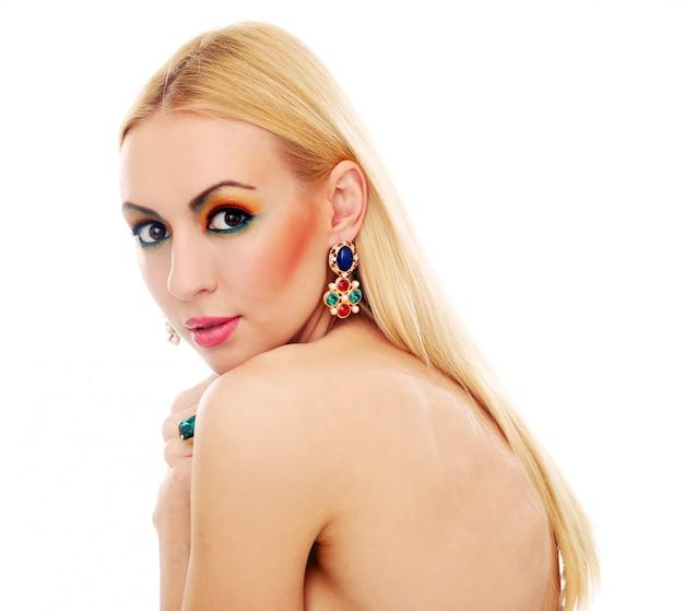 Femme blonde montrant son joli look coloré