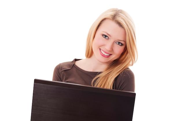 Femme blonde avec ordinateur portable