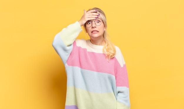 Femme blonde paniquée par rapport à une date limite oubliée, se sentir stressée, devoir couvrir un gâchis ou une erreur