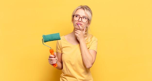 Femme blonde pensant, doutant et confus, avec différentes options, se demandant quelle décision prendre