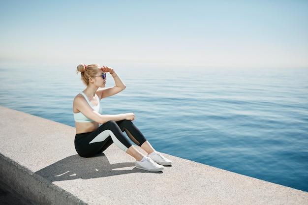 Femme blonde portant des vêtements de sport
