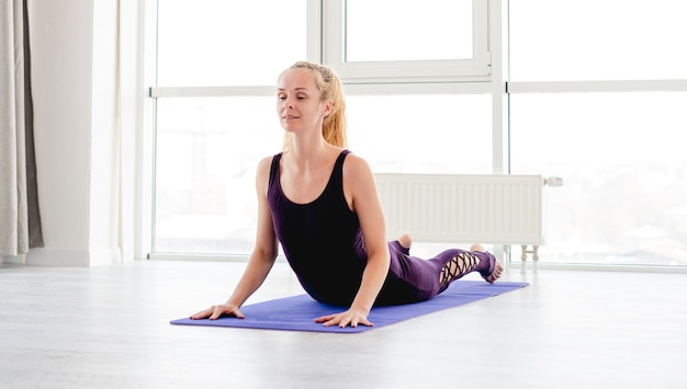 Femme blonde pratiquant le yoga