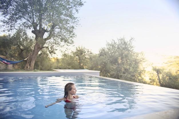 Femme blonde en profitant de la piscine