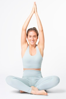 Femme blonde qui s'étend en tenue de gym bleu