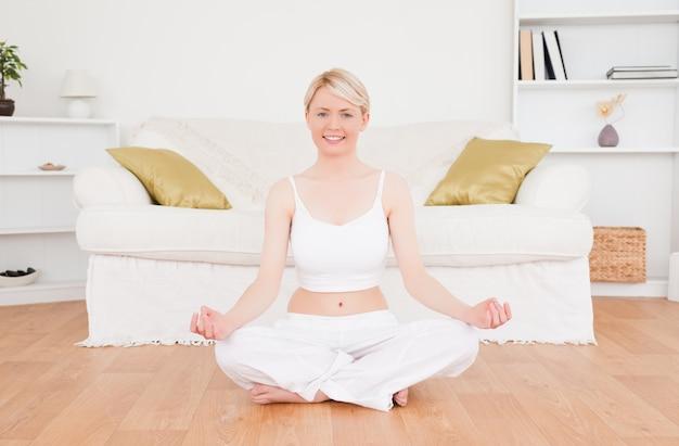 Femme blonde ravie, pratiquer le yoga