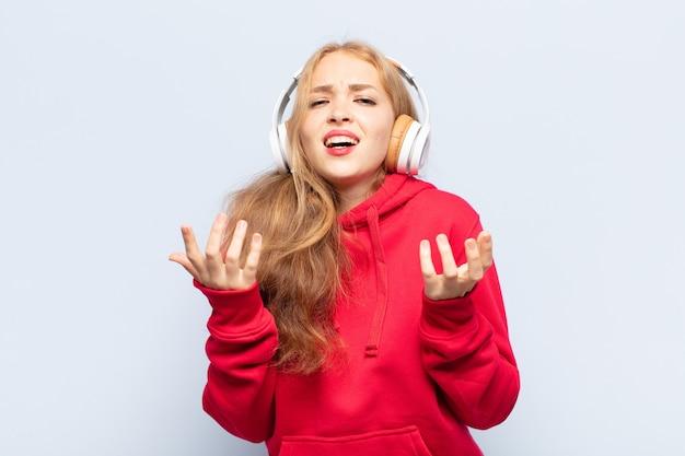Femme blonde à la recherche désespérée et frustrée, stressée, malheureuse et agacée, criant et hurlant