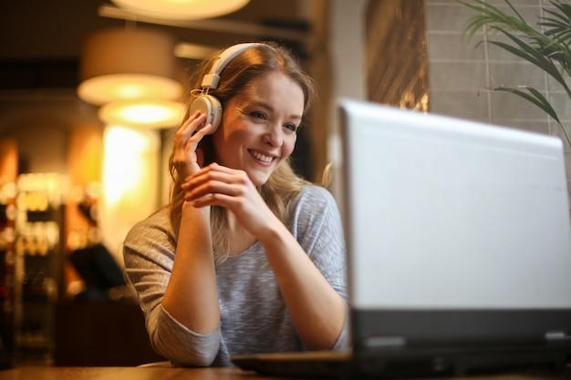 Femme blonde en regardant un film en ligne