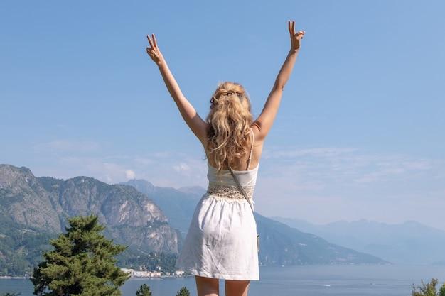 Femme blonde en robe blanche au lac de côme