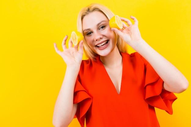 Femme blonde en robe avec des citrons