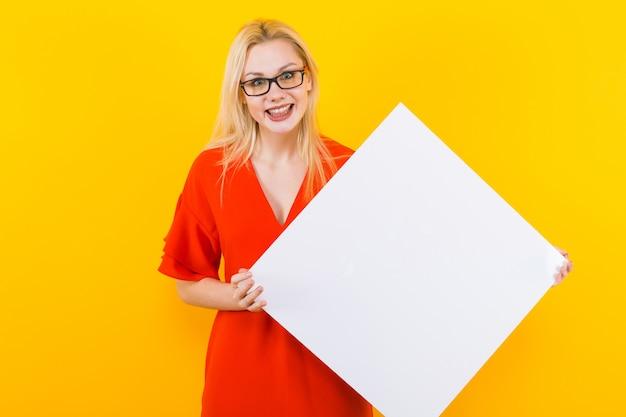 Femme blonde en robe avec plaque vierge