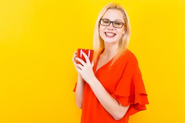 Femme blonde en robe rouge