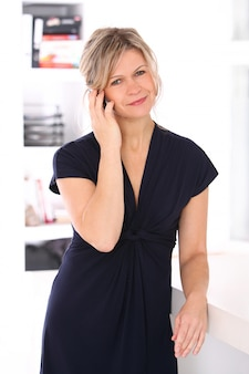 Femme blonde en robe