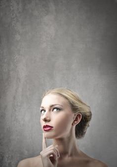 Femme blonde se demandant