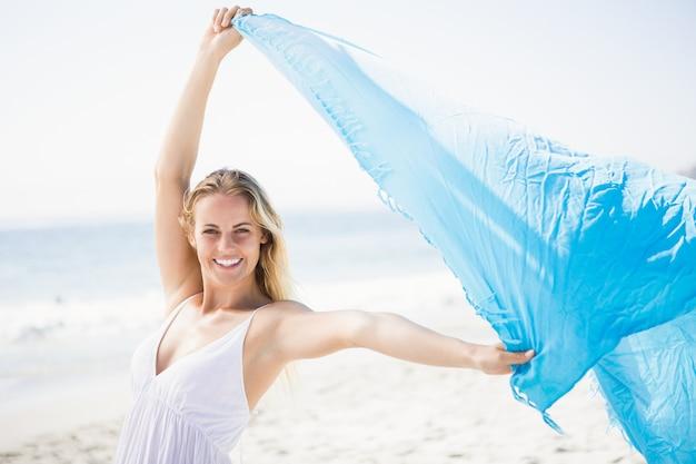 Femme blonde se détendre sur la plage