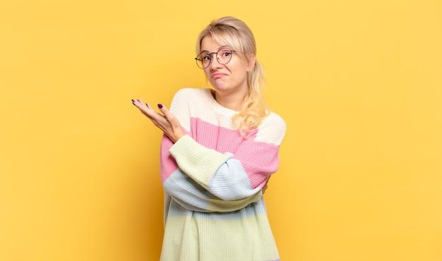 Femme blonde se sentant confuse et désemparée, s'interrogeant sur une explication ou une pensée douteuse