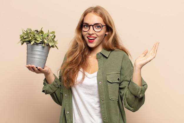 Femme blonde se sentant heureuse, excitée, surprise ou choquée, souriante et étonnée de quelque chose d'incroyable