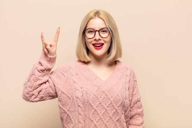 Femme blonde se sentant heureuse