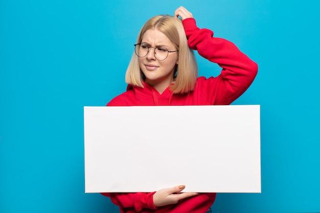 Femme blonde se sentir perplexe et confus, se gratter la tête et regarder sur le côté