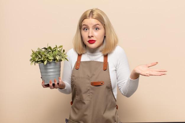 Femme blonde se sentir perplexe et confuse, douter, pondérer ou choisir différentes options avec une expression drôle