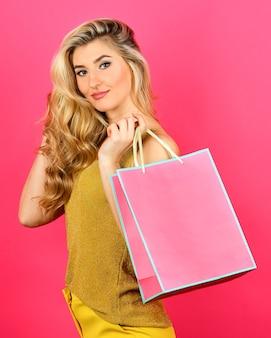 Une femme blonde sexy facile et rapide fait du shopping avec le meilleur cadeau jamais offert, rien que pour vous, des cadeaux