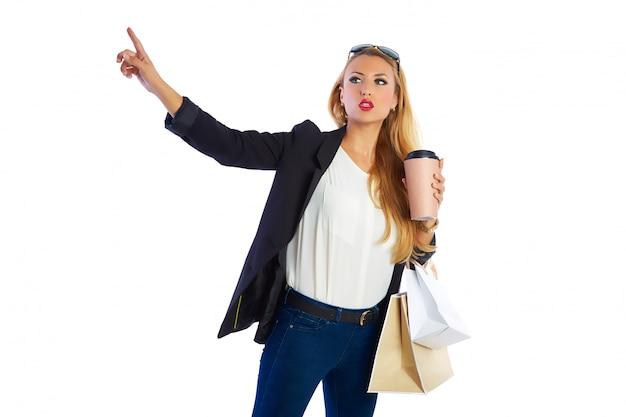 Femme blonde shopaholic sacs fond blanc
