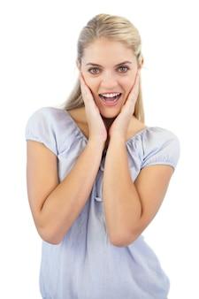 Femme blonde souriante est surprise