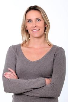 Femme blonde souriante isolée sur un espace blanc