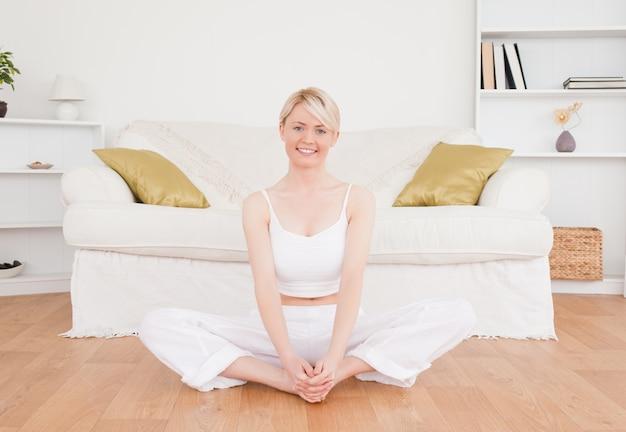 Femme blonde souriante, pratiquer le yoga