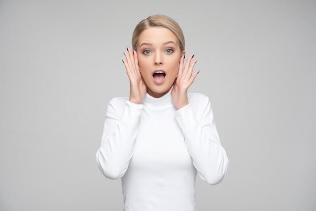 Femme blonde surprise