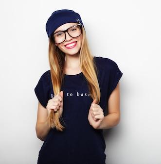 Femme blonde sympathique avec des lunettes