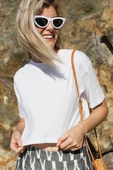 Femme blonde en t-shirt blanc mode estivale portrait en plein air