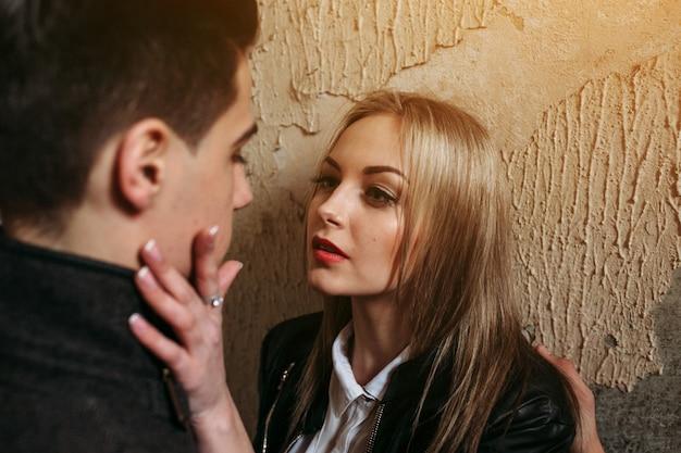 Femme blonde toucher et regarder le visage d'un homme