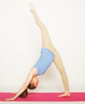 Femme blonde travaillant exercice de yoga