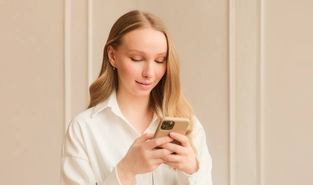 Femme blonde utilisant une application de rencontres sur un téléphone en glissant et en touchant l'écran