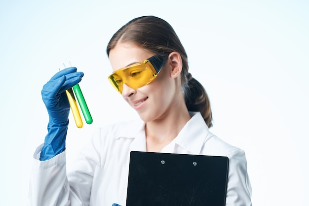 Femme en blouse blanche assistant de laboratoire analyses de recherche de solution chimique