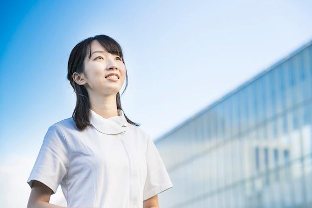 Femme en blouse blanche (image médicale d'infirmières, d'hygiénistes dentaires, de salons en général, etc.)