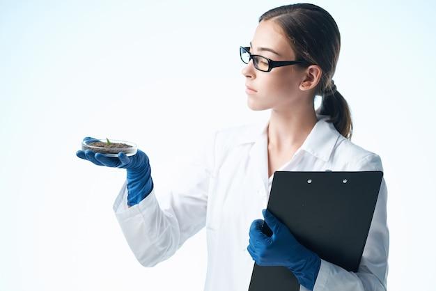 Femme en blouse blanche professionnelle de recherche en biologie