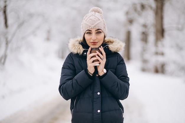 Femme, boire, café, dehors, hiver