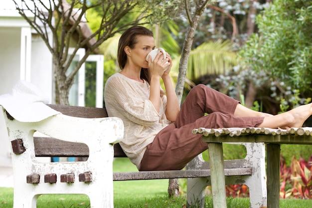 Femme, boire, thé, dehors, dans, arrière-cour
