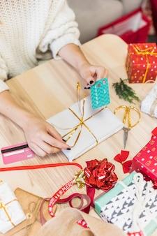 Femme avec boîte-cadeau et carte de crédit