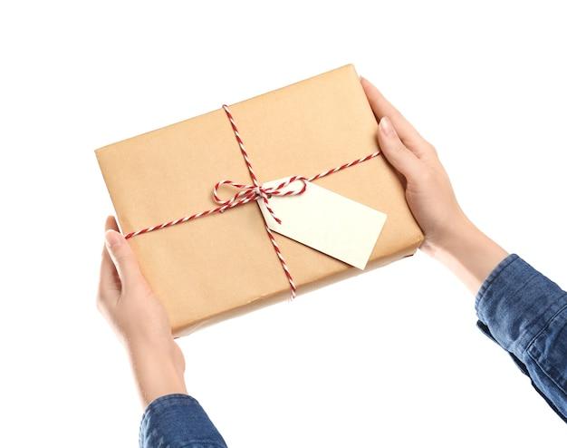 Femme avec boîte-cadeau de colis
