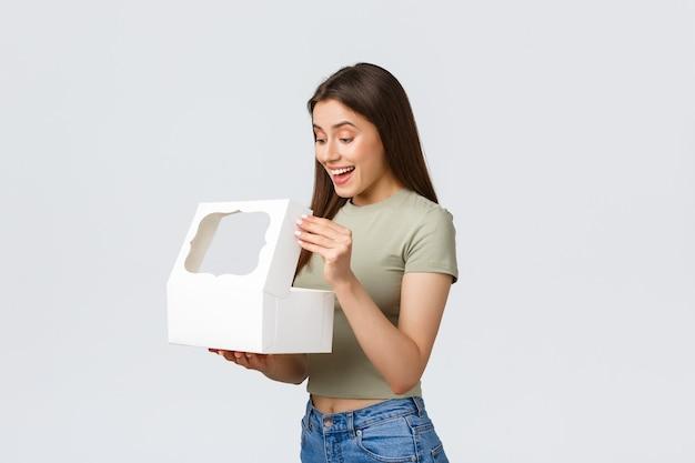 Femme avec boîte-cadeau