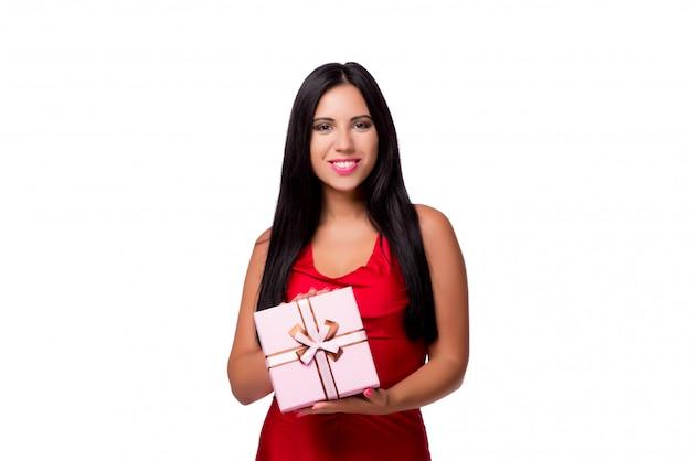 Femme avec boite isolée sur fond blanc