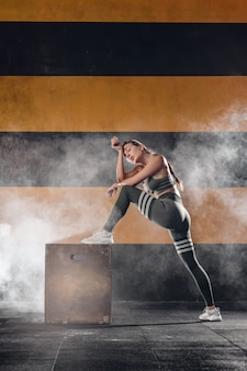 Femme avec une boîte de saut