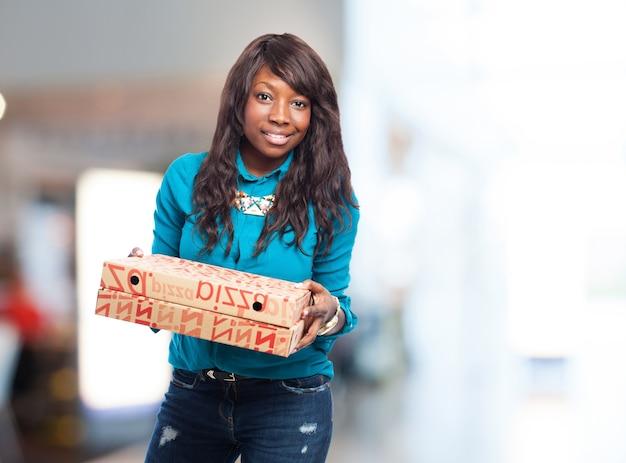 Femme avec des boîtes de pizza