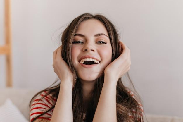 Femme de bonne humeur rit et se penche