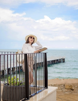 Femme, bord mer